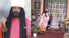 Etiopský kněz Yohannes Tesfamariam rád vysílá své obřady přes facebook. Člověka podle něj dokážou vyléčit nebo vymýtit z něj ďábla