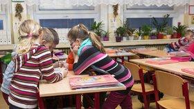 Už takřka tři roky platí novela školského zákona, podle níž děti se speciálními vzdělávacími potřebami míří na běžné základky. A ve školách už se s tzv. inkluzí potýkají šesté pololetí v řadě. (ilustrační snímek)