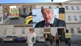 Karel Schwarzenberg (TOP 09) je opět v nemocnici. Trápí ho srdce. Operaci prý nepotřebuje, za to ho pálí stav českých nemocnic