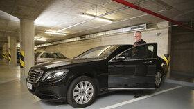 Kajínkův luxusní mercedes má aktivní brzdový systém, který ho prý zachránil.