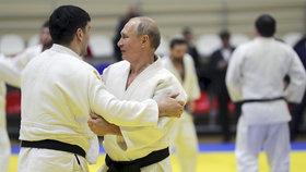 Ruský prezident Vladimir Putin vyrazil na trénink juda, zranil si při tom palec (14.2 2019)