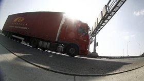 Parkoviště u benzínek bývají často plné a pro kamiony nevhodné