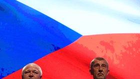 Šéf hnutí ANO Andrej Babiš a jeho pravá ruka Jaroslav Faltýnek na začátku volebního sněmu, který odstartovala státní hymna (17. 2. 2019)