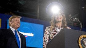 Americký prezident Donald Trump a jeho žena Melanie mluvili v Miami o situaci ve Venezuele (19. 2. 2019).