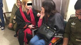 Tereza v rozhovoru s ženou u soudu