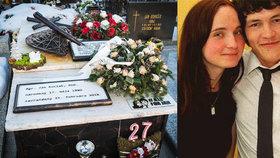 Hrob Kuciaka je rok po jeho smrti plný květin a svíček.