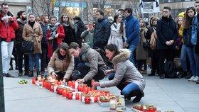 Zhruba 500 lidí se sešlo na pražském Václavském náměstí k tichému uctění památky slovenského reportéra Jána Kuciaka a jeho partnerky Martiny Kušnírové