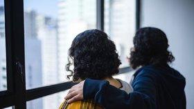 Zoufalé saúdské sestry Rím a Rawan se skrývají v Hongkongu, hrozí jim deportace. Spoléhají na pomoc třetí země