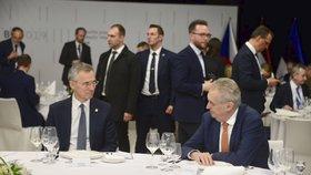 Zeman diskutuje s generálním tajemníkem NATO Jensem Stoltenbergem na schůzce B9 v Košicích.