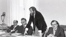 Dříve hájil Sokol disidenty. Fotografie je z obhajoby členů Jazzové sekce v roce 1987, stojící je Tomáš Sokol.