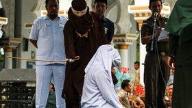 Tvrdý trest pro šestici nesezdaných párů. Dvě Indonésanky zůstaly po bičování ležet bez hnutí.