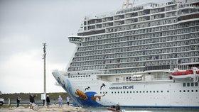 """Silný vítr se opřel do zaoceánského parníku společnosti Norwegian Cruise a """"zamával"""" s ním. Několik lidí bylo zraněno."""