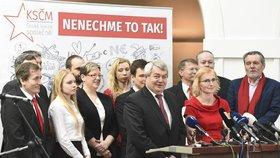 Kandidátku KSČM do Evropského parlamentu vede Kateřina Konečná (v červeném), vpravo od ní je stranický šéf Vojtěch Filip (6. 3. 2019)