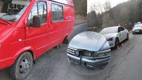 Autu na Šumpersku upadly v zatáčce obě zadní kola: Pneumatiky pak nabouraly tři další vozy