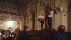 Dnešní předseda Poslanecké sněmovny Radek Vondráček a poslanec Miloslav Janulík (oba ANO) si udělali v roce 2017 z předsednického pultu šéfa Sněmovny pódium. Oba z něj hráli hostům na kytaru.