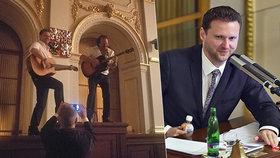 Radek Vondráček si spletl Sněmovnu s koncertním pódiem. Na předsednický pult vyskočil i s kytarou