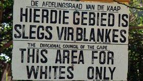Podobné nápisy byly v době apartheidu na jihu Afriky běžné. Dnes bude takový nápis viset před vstupem do města Eureka