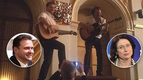 Radek Vondráček čelí kritice, že hrál na kytaru v jednacím sále Sněmovny a stál přitom na pultu předsedy. Miroslava Němcová chce jeho rezignaci