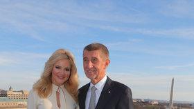 Andrej a Monika Babišovi na balkónu hotelu, ve kterém měli ve Washingtonu skvostný výhled na Bílý dům