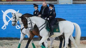 Ruský prezident Putin u příležitosti MDŽ navštívil prapor jízdní policie.