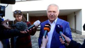 Jaroslav Faltýnek přijel právě ke svému domu v Prostějově. 7. 3. na něj čekali detektivové v civilu i novináři. Místopředseda hnutí ANO figuruje v prošetřování zakázky na mýtný systém spojovaný s firmou Kapsch.