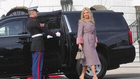 Monika Babišová vystupuje z černého SUV před Bílým domem
