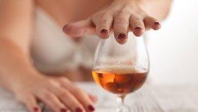 Alkoholismus žen je velký problém.