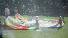 Maddie (uprostřed) v resortu Praia Da Luz s dalšími dětmi