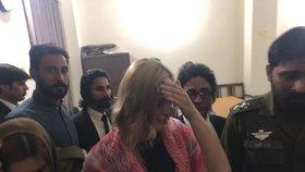 Tereza opouští soud po vynesení rozsudku