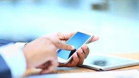 Některé mobilní telefony možná vyzařují mnohem více potenciálně nebezpečného elektromagnetického záření, než se myslelo. (Ilustrační foto)