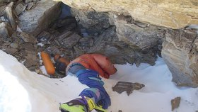 """Nejznámější tělo, které odkryl tající led na Everestu. Nálezu se přezdívá """"zelená bota""""."""