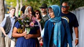 V novozélandském městě Christchurch se tisíce lidí zúčastnily tryzny za oběti nedávného teroristického útoku na dvě mešity, při nichž zahynulo 50 osob. (24.3.2019)