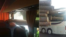 Nákladní vůz převážející klády se v Benešově srazil se školním autobusem.