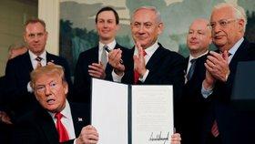 Dekret, kterým Spojené státy uznávají svrchovanost Izraele nad Golanskými výšinami, podepsal dnes v Bílém domě americký prezident Donald Trump na úvod setkání s izraelským premiérem Benjaminem Netanjahuem.