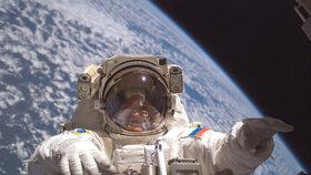 Manévry u Mezinárodní vesmírné stanice.