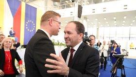 Sjezd KDU-ČSL: Novým předsedou lidovců je Marek Výborný (vpravo). Gratuluje mu končící šéf Pavel Bělobrádek (29. 3. 2019)