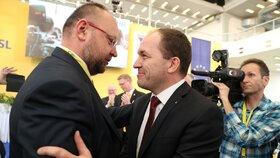 Marek Výborný přijímá gratulace od svého soupeře z boje o předsednický post Jana Bartoška. Ten nepostoupil ani do druhého kola volby