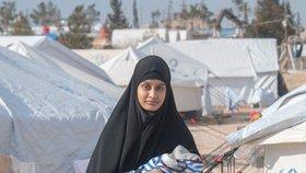Britská nevěsta ISIS Shamima Begumová (19) se svým novorozeným synem Džerahem, který ve věku tři týdny zemřel kvůli plicní infekci.