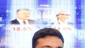 Herec Volodymyr Zelenskyj se raduje po zveřejnění prvních odhadů, podle kterých vyhrál první kolo prezidentských voleb. (31.3.2019)