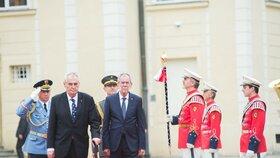 Rakouského prezidenta Van der Bellena přijal Miloš Zeman na Pražském hradě v červnu 2017.