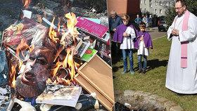 Polští kněží pálili knihy a další předměty.