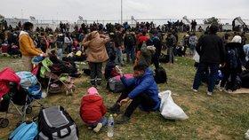 V Řecku míří stovky migrantů k hranici kvůli fámě, že je otevřená.