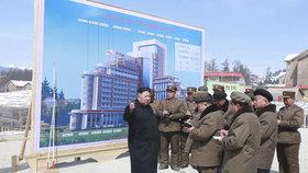 Kim Čong-un o víkendu provedl inspekci na stavbě plážového resortu, zastavil se i v továrnách a novém obchodním středisku, (8.04.2019).