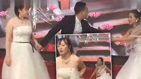 Nevěstu čekal na svatbě šok.