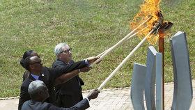Předseda Evropské komise Jean-Claude Juncker se účastnil pietní ceremonie ve Rwandě, málem u toho zapálil první pár.