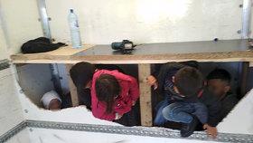 Policisté objevili v náklaďáku na D1 třináct běženců.