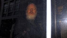 Zakladatel serveru WikiLeaks Julian Assange, který se od roku 2012 skrýval na velvyslanectví Ekvádoru v Londýně, byl dnes z ambasády vyveden a zatčen.