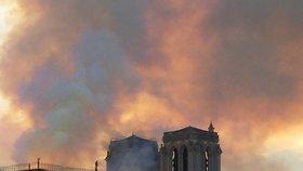 Věž pařížské katedrály Notre-Dame se kvůli mohutnému požáru 15. 4. 2019 zřítila