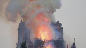 Věž pařížské katedrály Notre-Dame se kvůli mohutnému požáru 15.4.2019 zřítila.