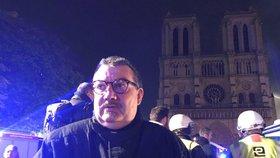 Otec Jean-Marc Fournier z hořící katedrály Notre-Dame zachránil trnovou korunu a Nejsvětější svátost oltářní.